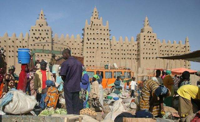 Weekly market at the Great Mosque of Djenné (Wikimedia Commons) ouche.org